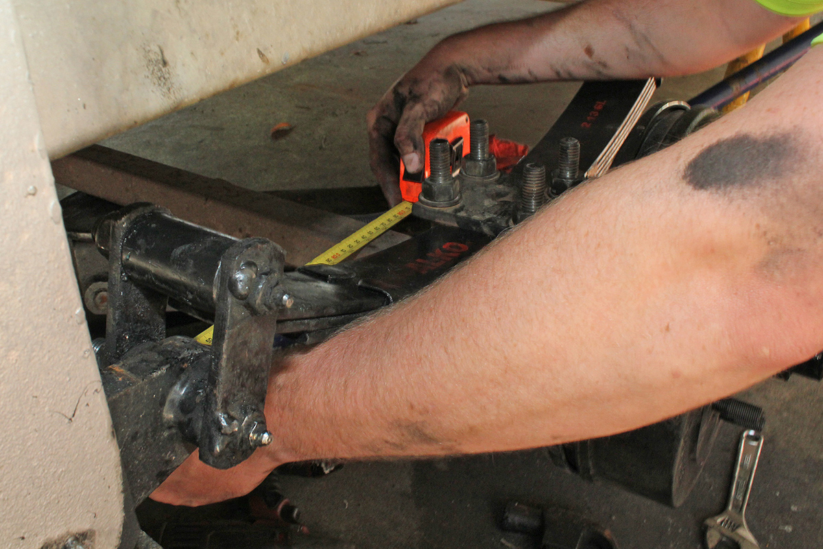 Measuring-the-axle-to-ensure-correct-alignment
